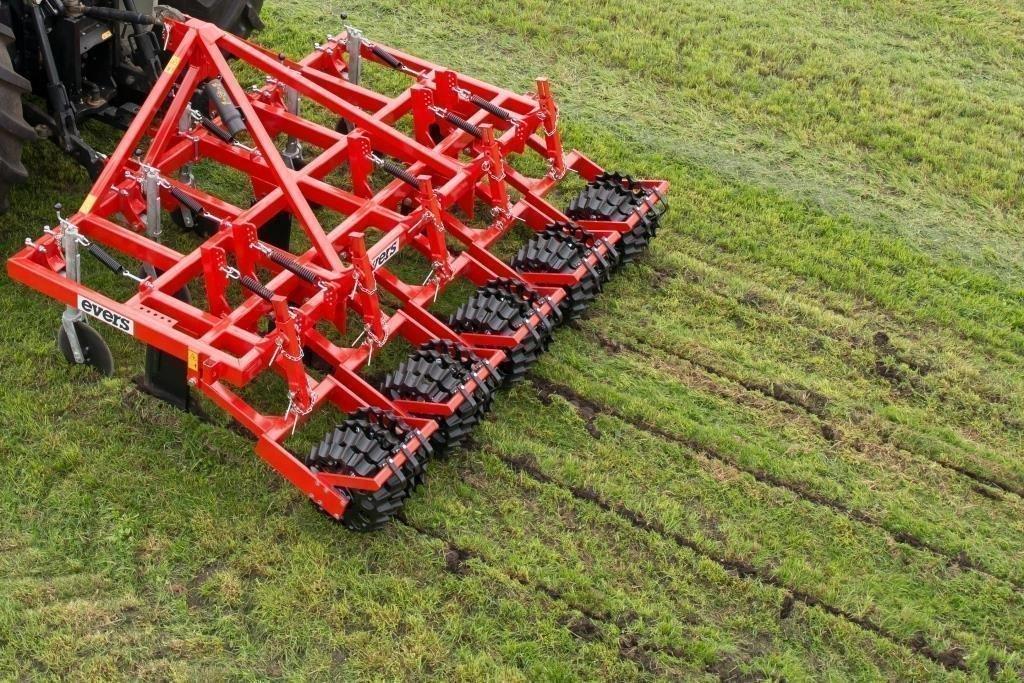 Grasnarbenlockerer mit 5 Reihen im Einsatz