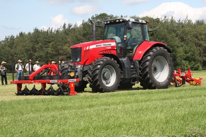 Evers Grasnarbenbelüfter im Frontkraftheber und Grasnarbenlockerer hinter dem Traktor