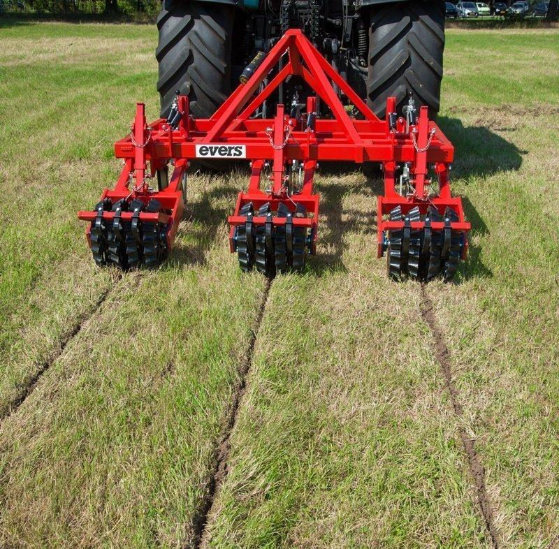 Der Grasnarbenlockerer behebt Bodenverdichtungen und störende Schichten, sodass die Wurzeln der Kulturen das Grundwasser leichter erreichen können