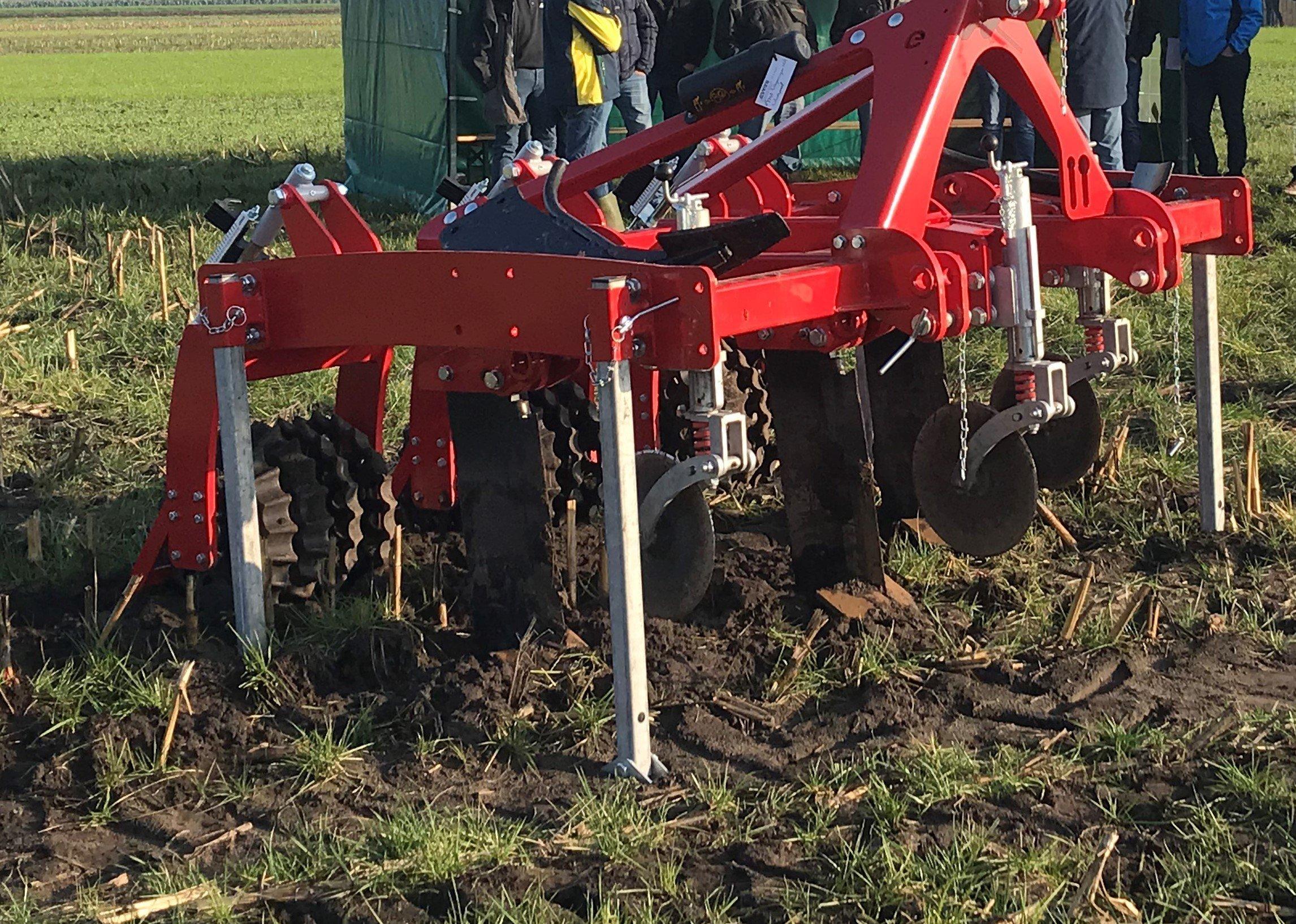 Grasnarbenlockerer mit variablem  Strichabstand von 75 bis 90 cm. Besonders geeignet zur Tiefenlockerung der Boden zwischen die Maisstoppelreihen